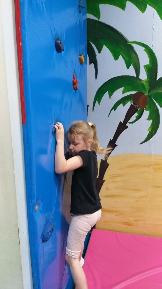 Dziewczynka na ściance wspinaczkowej.