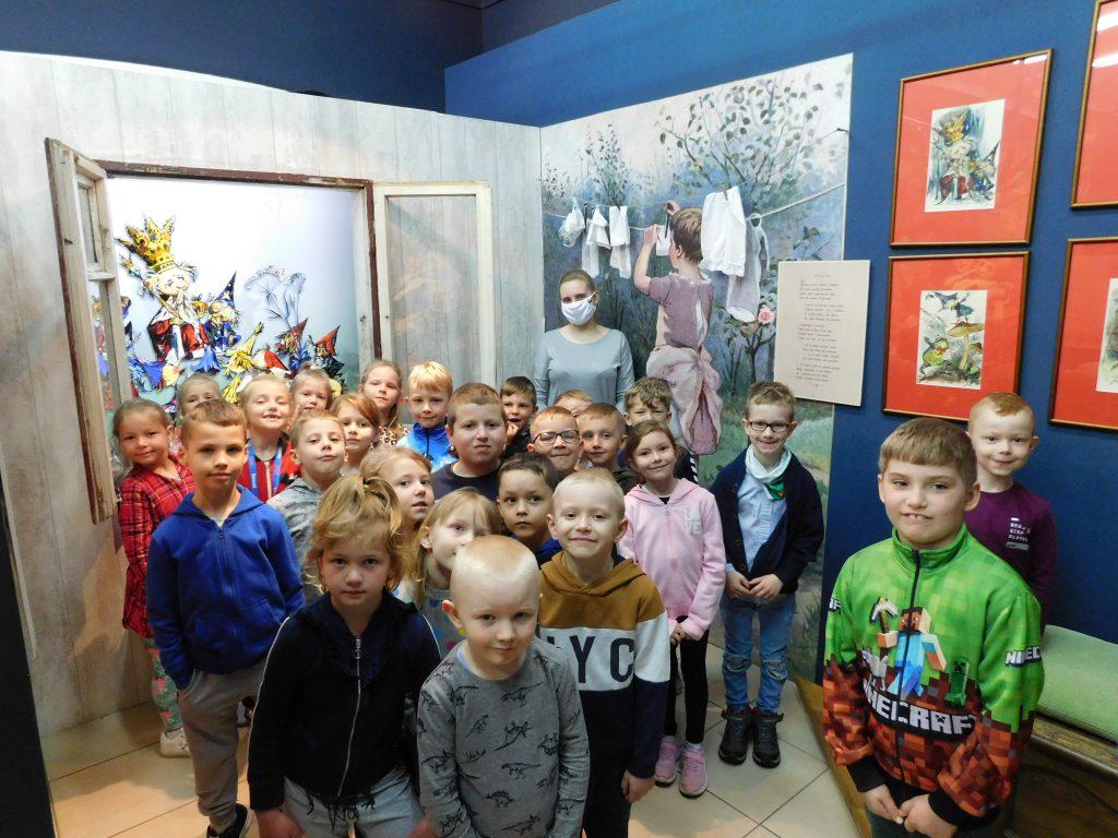 Dzieci oglądają ekspozycje w Muzeum Marii Konopnickiej.