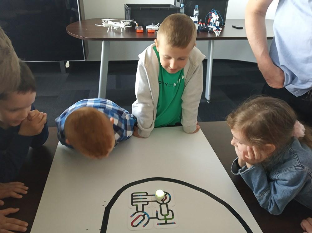 Dzieci obserwują drogę poruszania się ozobota.