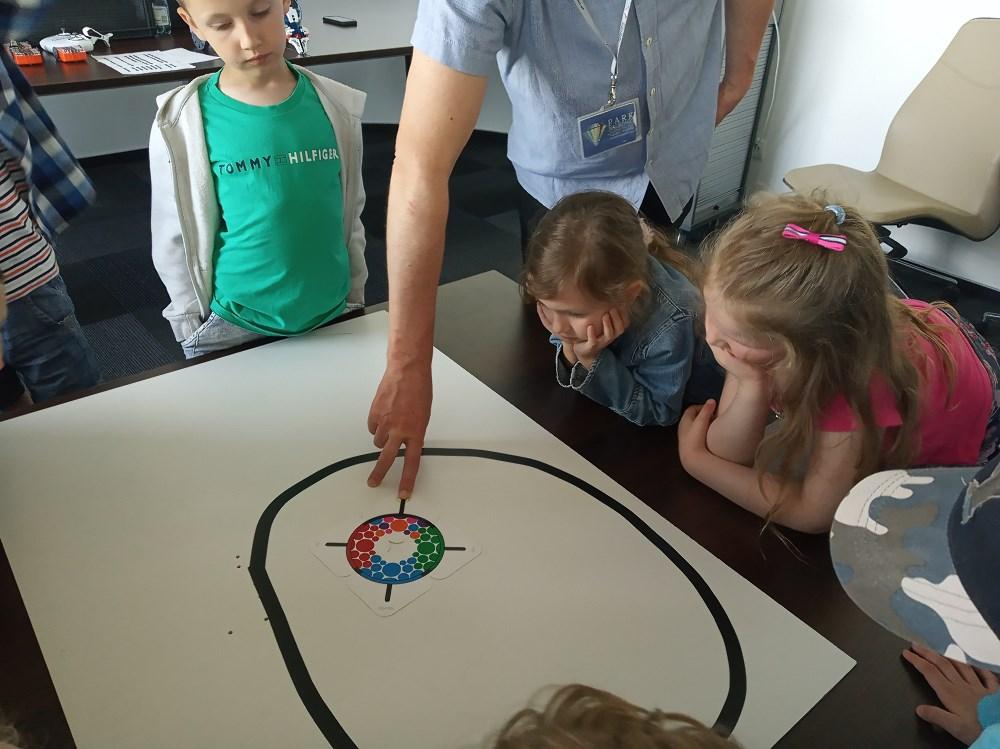 Dzieci obserwują drogę po której będzie poruszał się ozobot.